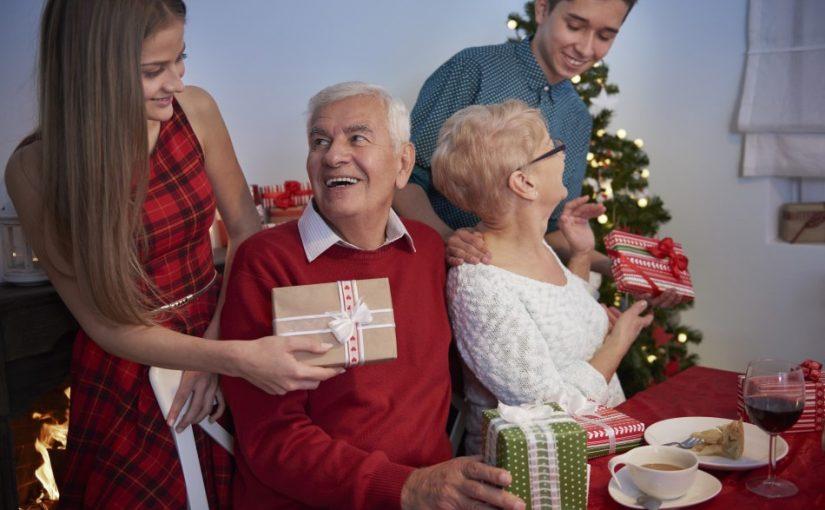 Bedsteforældre der modtager julegaver fra børnebørnene